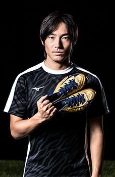 An athlete using Mizuno football gear